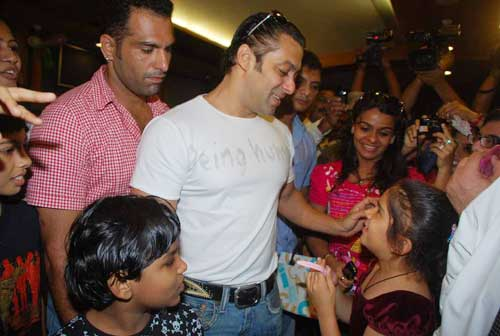Salman Khan Provides Medical aid to Cancer Patients