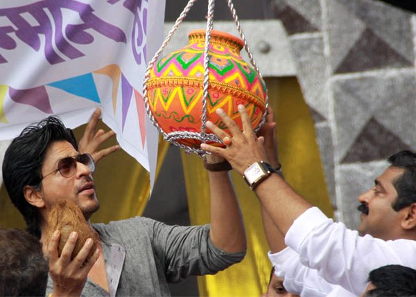 Shahrukh Khan celebrates 'Dahi Handi' at worli