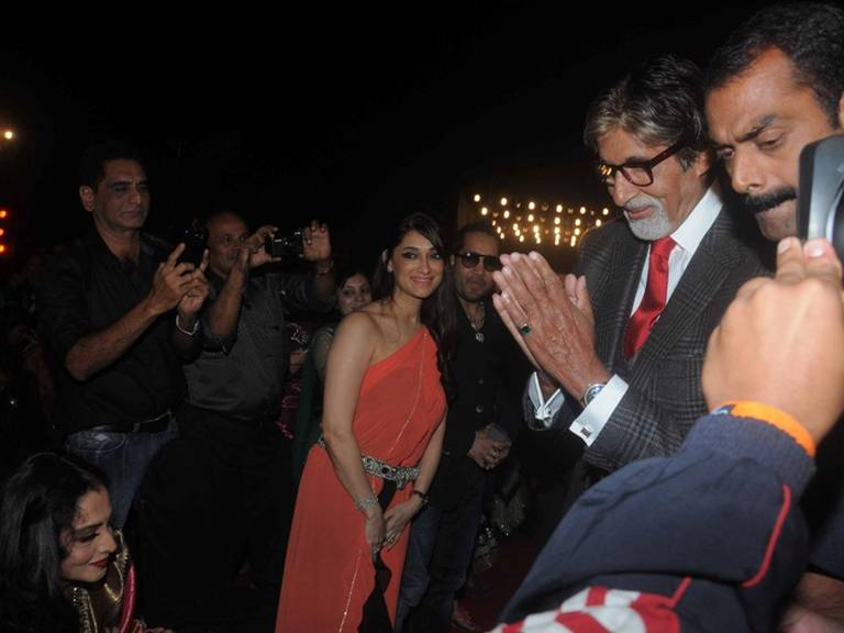 Breaking - When Amitabh Bachchan greeted Rekha with a smile