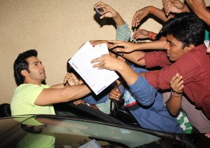 Shocker - Varun Dhawan gropes a female fan by mistake