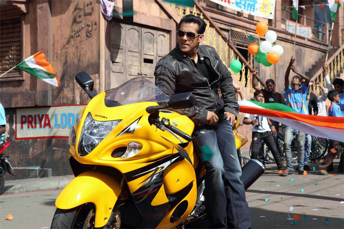 Salman Khan rides off on his bike on Mumbai streets!