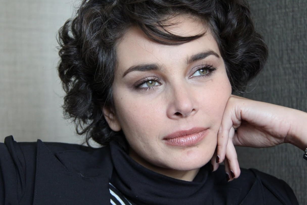 Lisa Ray - Women should take care of finances to tackle cancer