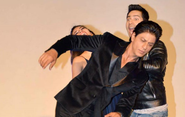 When Shah Rukh Khan photobombed Varun Dhawan - Kriti Sanon