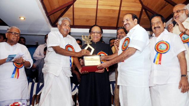 Singer Ghulam Ali honoured with the very first Swaralaya Award
