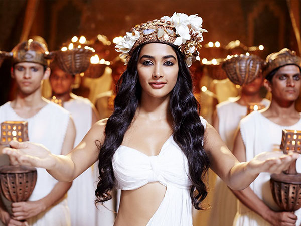 Pooja Hegde fits the bill for 'Mohenjo Daro', says Sunita Gowariker