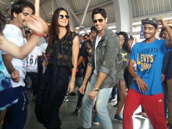 Watch: Katrina Kaif and Sidharth Malhotra's 'Kala Chashma' flash mob has all the swag