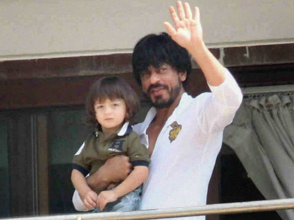 Shah Rukh Khan finds a perfect solution to protect AbRam from over-exposure!
