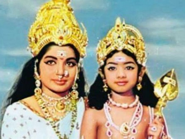 Major Throwback! Do you know which Bollywood diva is in this picture with Late Jayalalithaa?