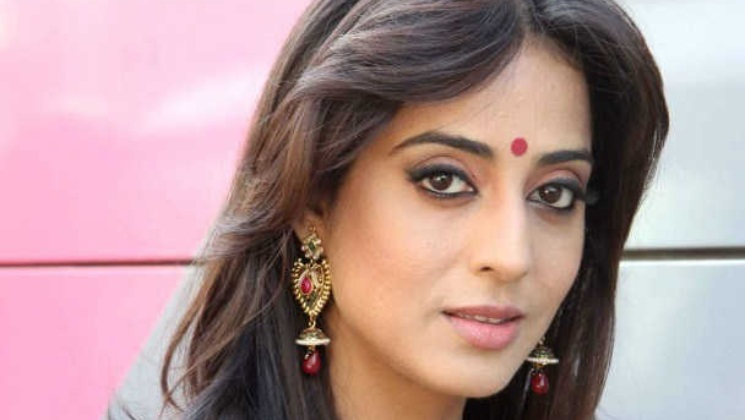 Exclusive: Mahie Gill says she doesn't have the guts to call Irrfan Khan