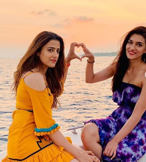 Kriti with her sister Nupur