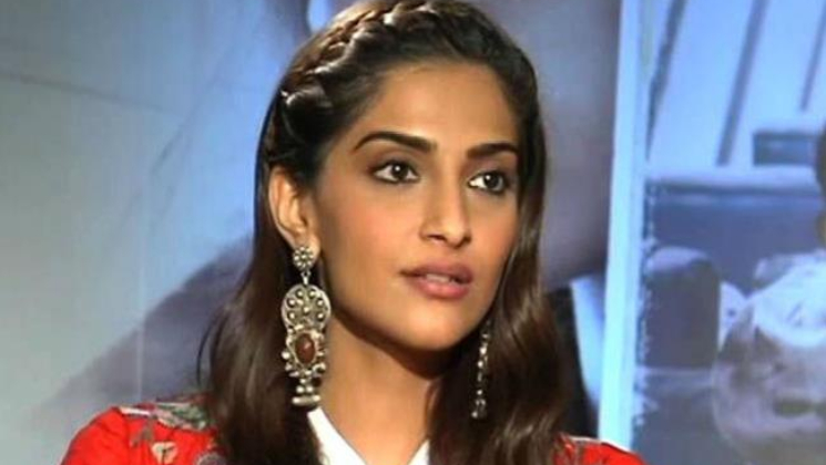 b42a3405fde06 Watch  Sonam Kapoor is not impressed and loses her cool at Paparazzi