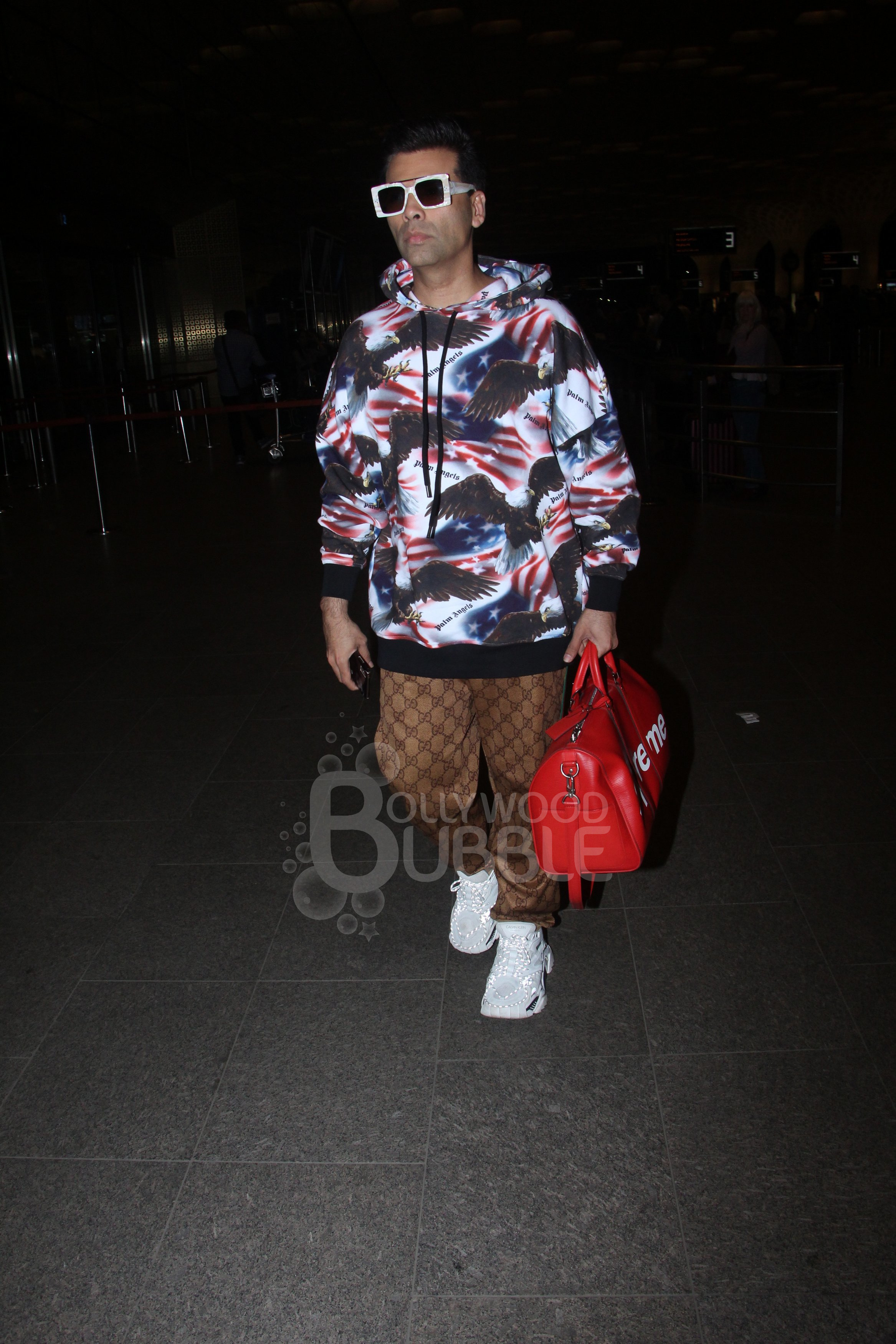 Karan slays in the airport look