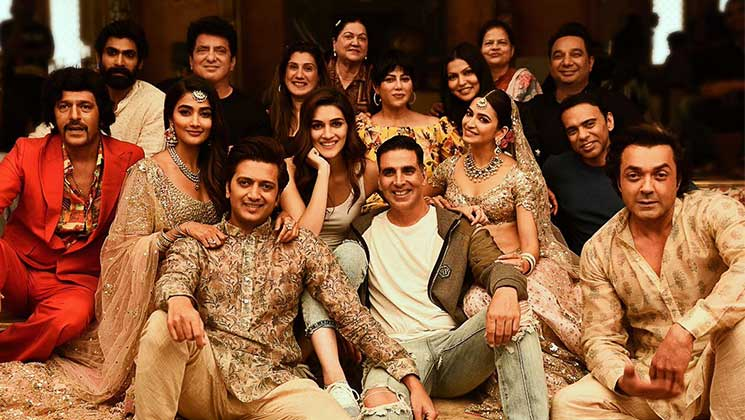 Akshay Kumar joins the cast of 'Housefull 4' for a candid picture on a throne full of skulls | Bollywood Bubble