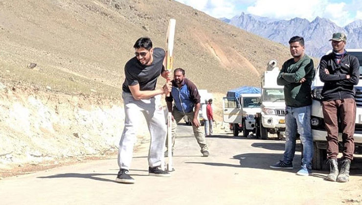 Say What! Sidharth Malhotra plays cricket on the sets of 'Shershaah' in Kargil